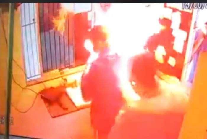 Homem joga gasolina, acende isqueiro e coloca fogo em porteiro