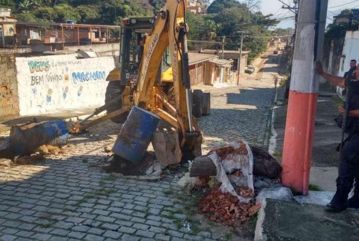 Polícia recupera veículos roubados e retira barricadas no Morro do Machado, em Belford Roxo