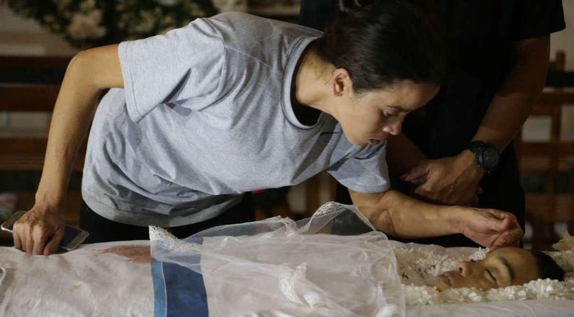 O estudante Marcos Vin�cius da Silva, de 14 anos, morto no Complexo da Mar�, na Zona Norte do Rio, est� sendo velado no Pal�cio da Cidade, em Botafogo, na Zona Sul, nesta quinta-feira. Na foto a m�e do adolescente. Foto: Daniel Castelo Branco / Ag�ncia O Dia