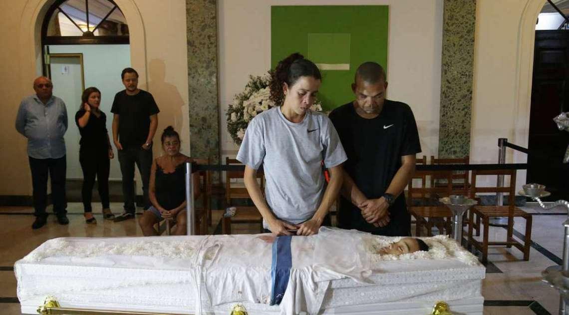 Corpo de adolescente é velado no Palácio da Cidade. Na imagem, José Gerson da Silva e Bruna Silva, pais do menino de 14 anos