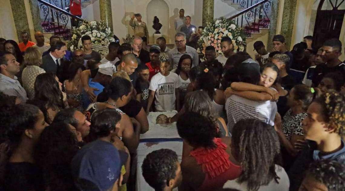 Familiares e amigos se despedem de Marcos Vinicius no Palácio da Cidade