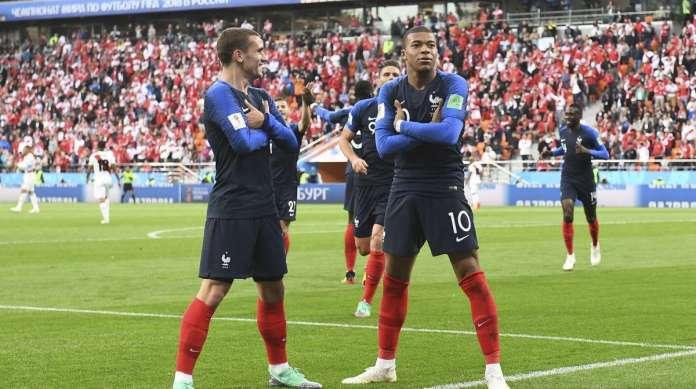 Griezmann (E) e Mbapp� cruzam os bra�os na comemora��o do gol