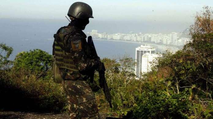 Militares nas favelas do Chapeu Mangueira e Babilonia no Leme Zona Sul do Rio Foto  Severino  Silva Agencia O Dia