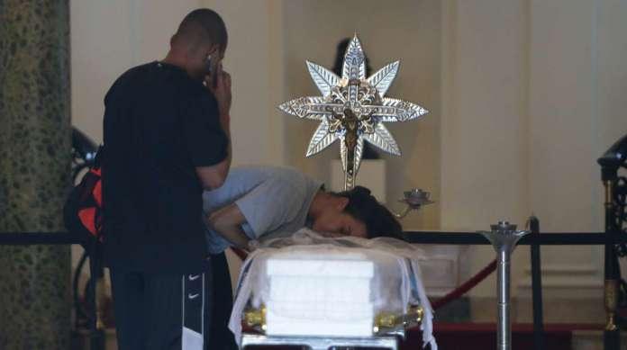 Abra�ada ao caix�o do filho, Bruna Silva n�o se conformava com a trag�dia que se abateu sobre sua fam�lia