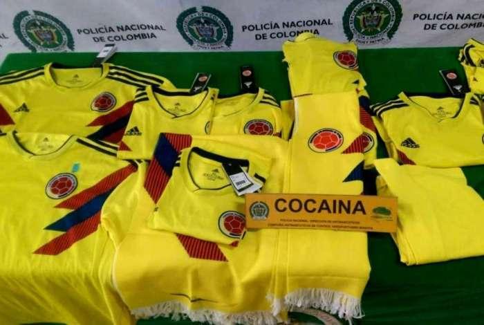 Camisas da sele��o da Col�mbia impregnadas com coca�na exibidas ap�s serem apreendidas pela pol�cia antidrogas no aeroporto internacional de El Dorado, em Bogot�