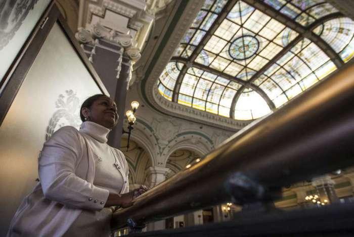 Guardiã do tesouro - Ana Virginia,  chefe da divisão de obras raras da biblioteca nacional