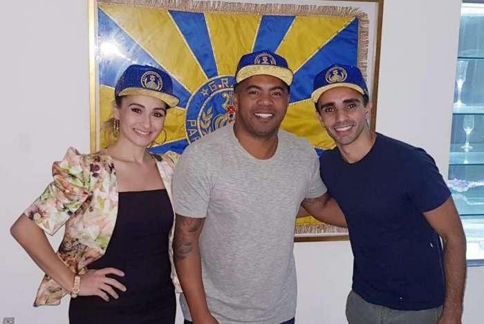 O presidente da Tuiuti Renato Thor com o bailarino Filipe Moreira e a esposa Élida Brum