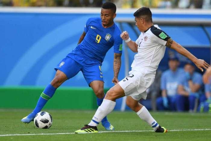 Gabriel Jesus encara jogador da Costa Rica