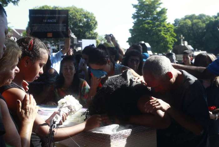 Enterro do estudante Guilherme Henrique Pereira, de 14 anos, morto na Vila Vintém