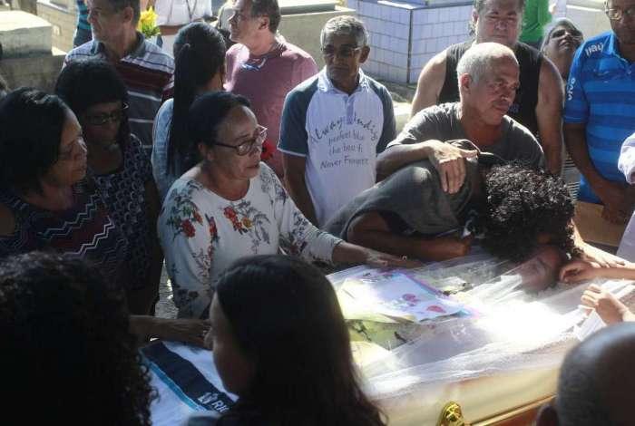 Enterro do estudante Guilherme Henrique Pereira de 14 anos, morto perto da Vila Vintém por um carro que passou atirando