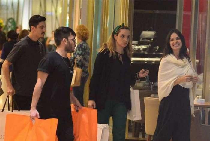 Gr�vida, Isis Valverde conta com ajuda para carregar suas compras. Atriz espalhou simpatia em shopping no Rio