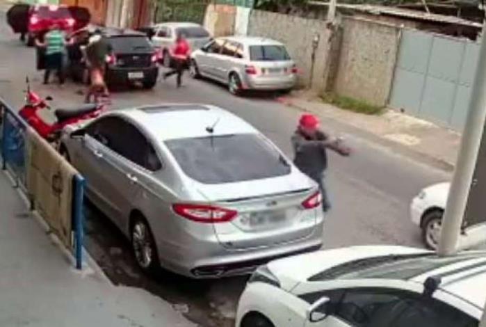 Quatro criminosos saem do carro em que estavam para abordarem os motoristas