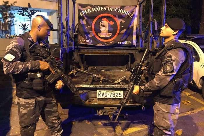 Armas apreendidas com os criminosos no Morro do Urubu, de acordo com a PM