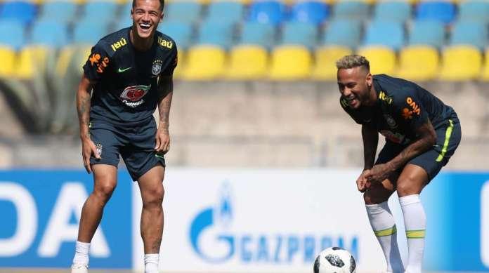 Philippe Coutinho (E) e Neymar em um momento de descontra��o, no �ltimo treino para o jogo de hoje