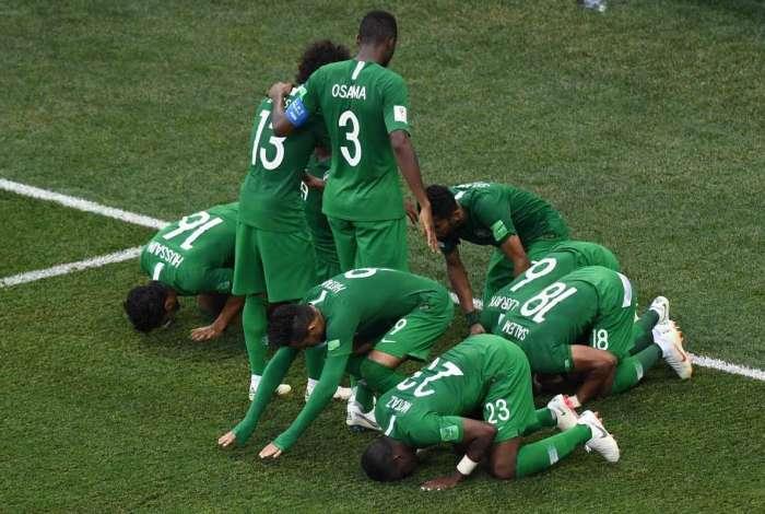 Jogadores da Arábia Saudita vibram com a vitória