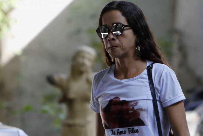 Bruna Silva, mãe do adolescente morto a tiros no Complexo da Maré, prestou depoimento na Delegacia de Homicídios (DH)