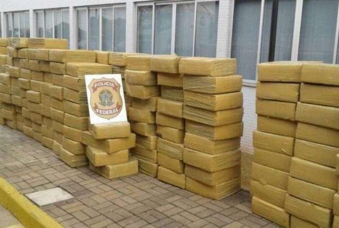 Durante a investiga��o, a PF j� havia apreendido mais de R$ 317 mil em dinheiro; joias avaliadas em mais R$ 81 mil, duas pistolas, 27 toneladas de maconha, duas caminhonetes e 11 ve�culos de transporte de carga
