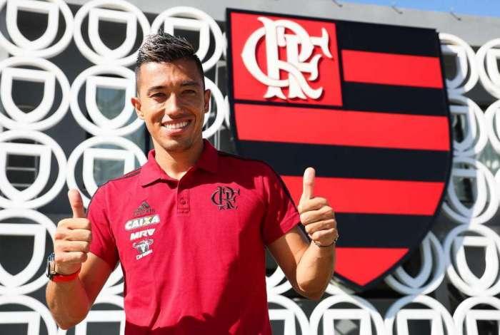 O atacante colombiano Uribe assinou por três anos com o Flamengo
