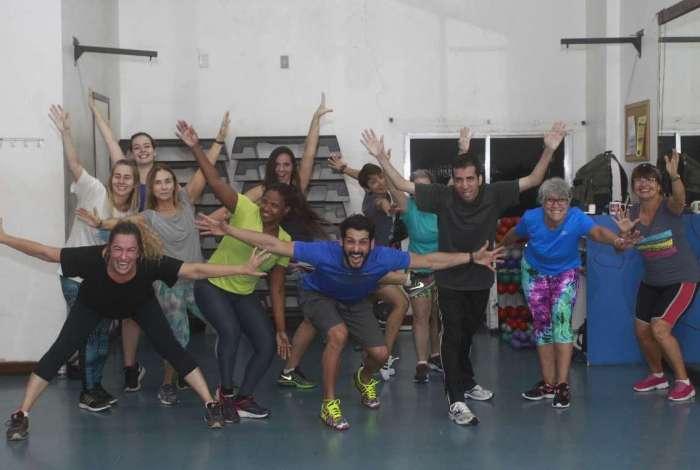 Alunos de várias idades do professor Raphael Najan (de azul), da Academia Evidence, que também é coreógrafo de Preta Gil, atestam os efeitos da dança, que reduz o estresse e melhora a concentração e o equilíbrio