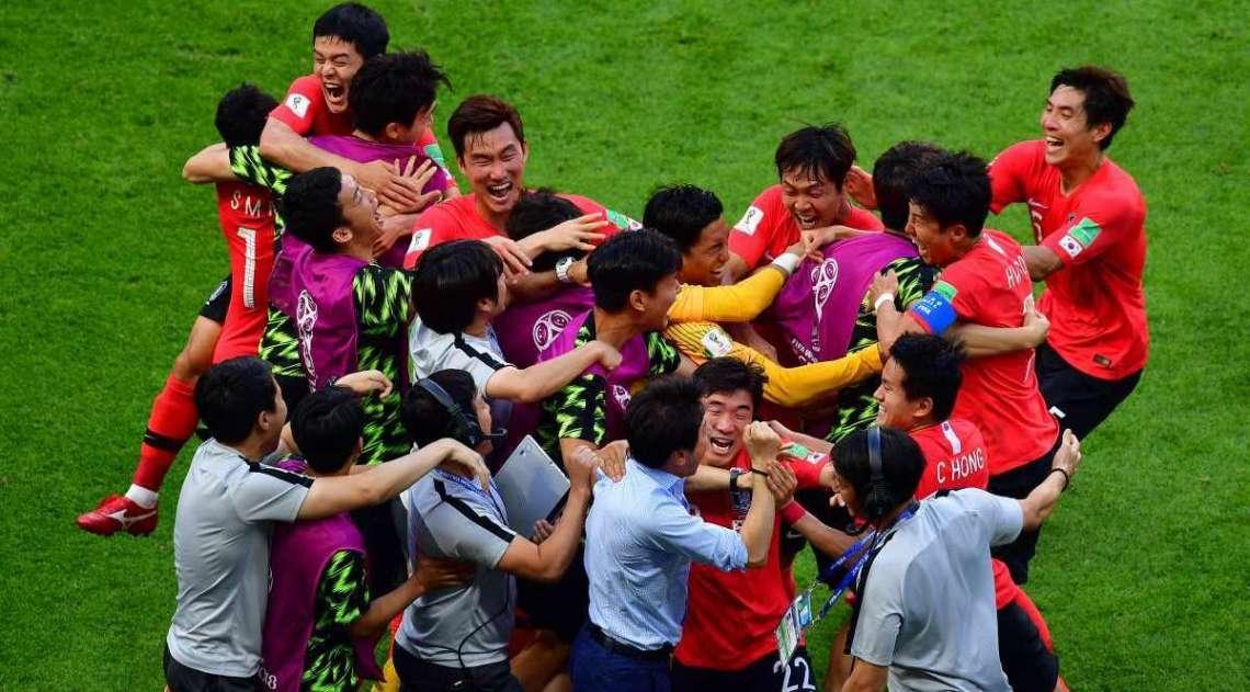 Jogadores da Coreia festejam o primeiro gol