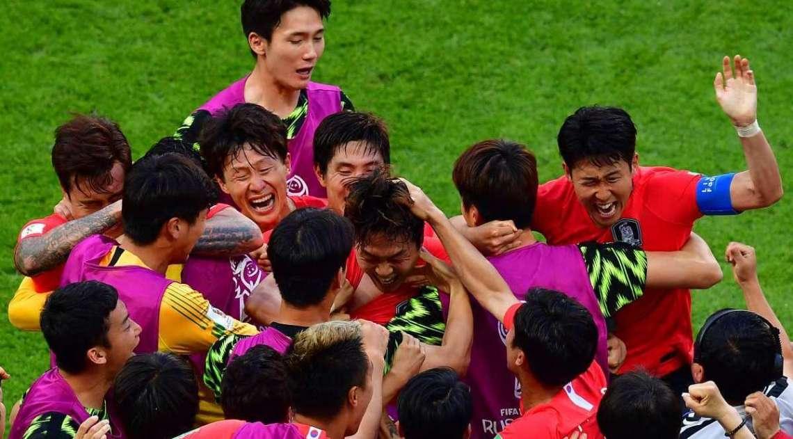 Coreanos comemoram muito gol no fim do jogo