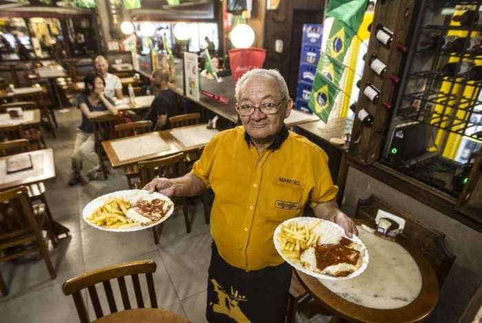 O garçom Manoel José de Souza, de 68 anos, quer seguir trabalhando. Ele faz parte de uma estatística de profissionais acima dos 60 anos que continuam em suas atividades