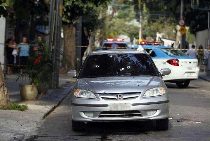 O carro do policial foi atingido por 10 tiros