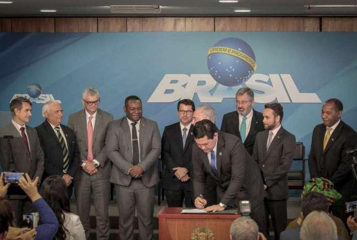 Autoridades assinam decreto em cerimônia em Brasília