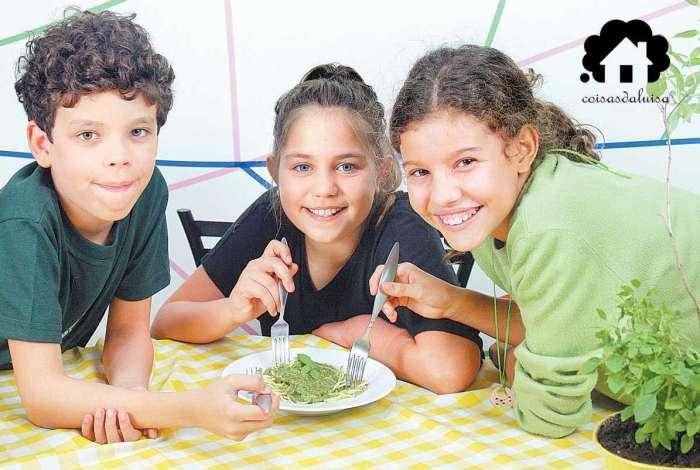 Daniel (E) e Aurora (D) se reuniram com a amiga italiana Giulia, que ensinou como fazer um molho pesto delicioso