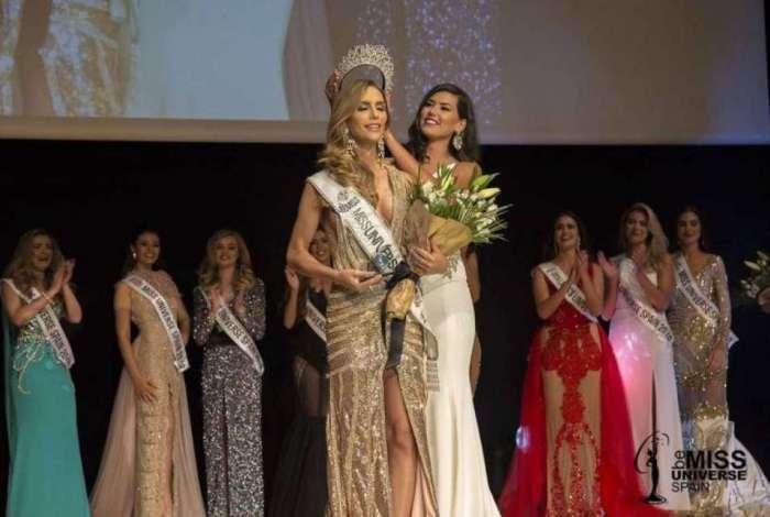 Angela Ponce recebe a coroa de Sofía del Prado