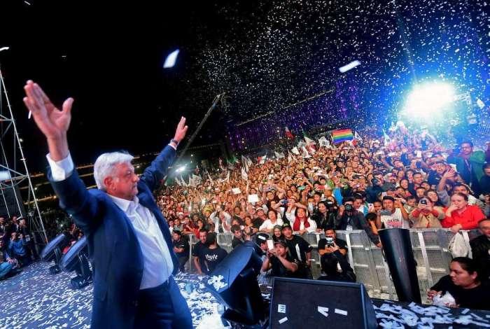 López Obrador celebra com eleitores na Cidade do México