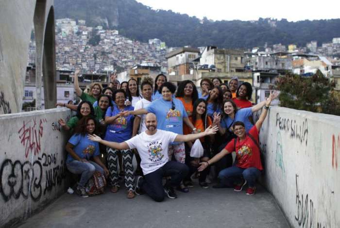 Marcelo Andriotti à frente da turma que se formou na Rocinha, em 2017. Cursos têm inscrições abertas na comunidade de São Conrado, em Acari e na Cidade de Deus