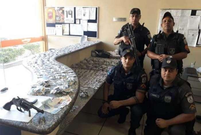 Mulher é presa com mais de 1 mil pinos de cocaína e arma em Miguel Pereira