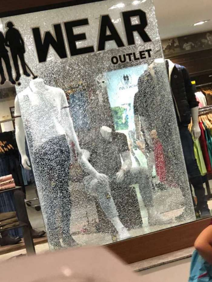 de1feabdad1 Vitrine de outra loja do Shopping Nova América foi quebrada por tiro