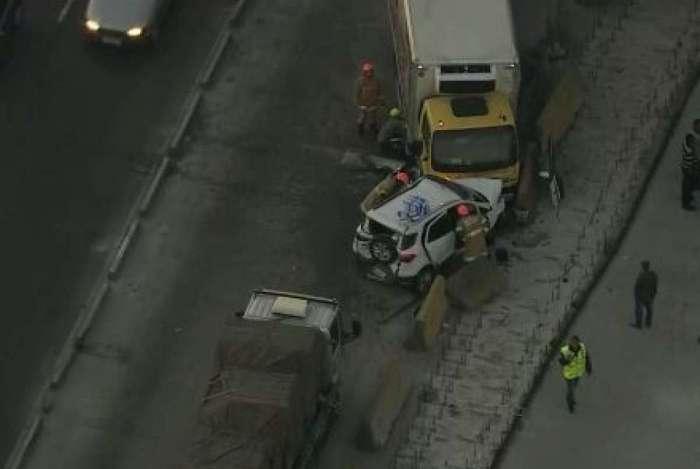 Acidente entre caminhões e carro interditou a Avenida Brasil no sentido Centro