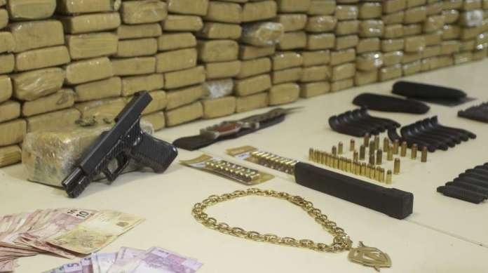 Com Neizinho foram apreendidos drogas, pistola Gloock calibre .40, pe�as de arma de fogo e colete bal�stico