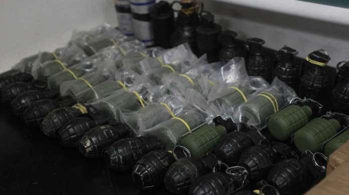 Os policiais encontraram 48 explosivos, dois fuzis e mil muni��es