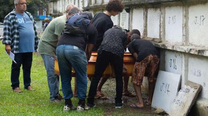 Os corpos foram velados e enterrados no Cemit�rio da Praia do Saco