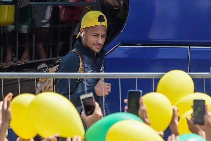 Neymar é recebido por fans