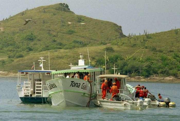 21/04/2003 - Suíte do Naufrágio em Cabo Frio. Na foto o Tona Galea sendo rebocado pelo canal de Itajurú em cabo frio. Foto de Carlos Rosa / Ag. O DIA