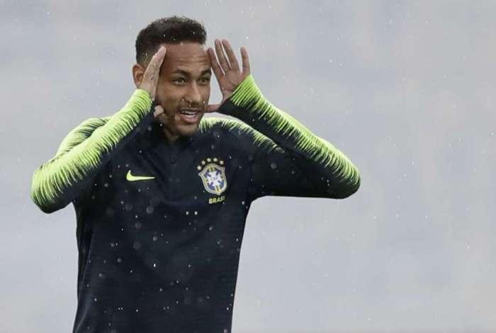 Neymar participa do treino da seleção brasileira em Kazan