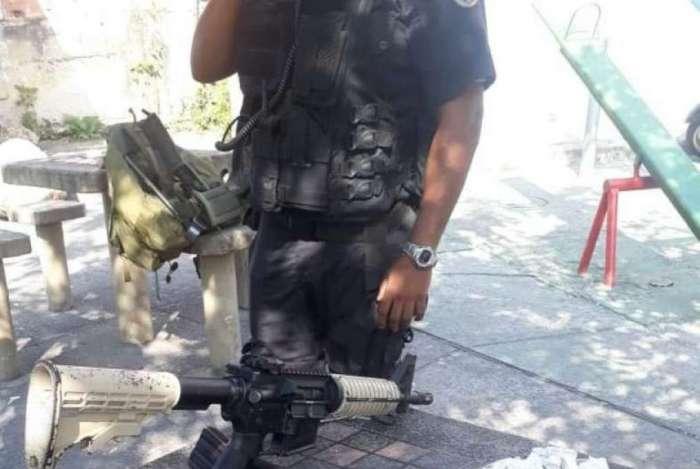 Com o suspeito a polícia apreendeu um fuzil e drogas