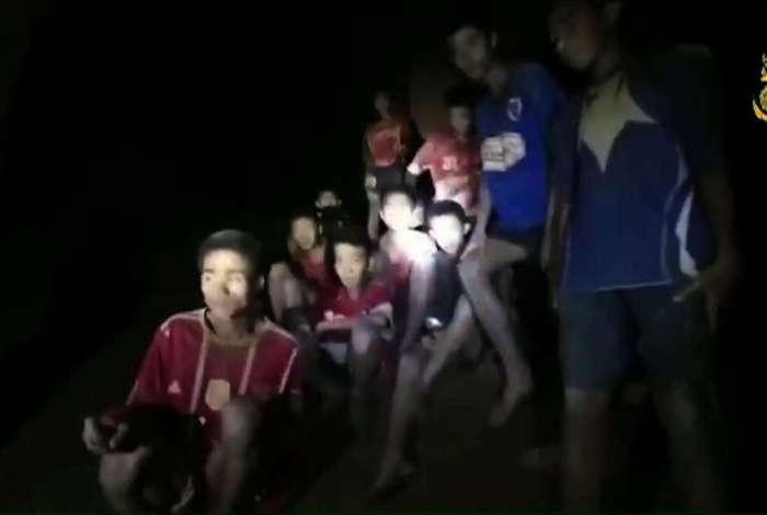 Time de futebol está preso em caverna na Tailândia