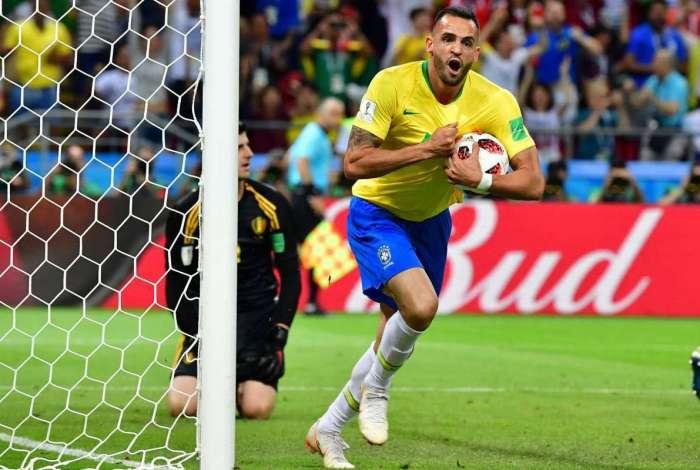 Com a bola sob o braço, Renato Augusto vibra após marcar o gol do Brasil em Kazan