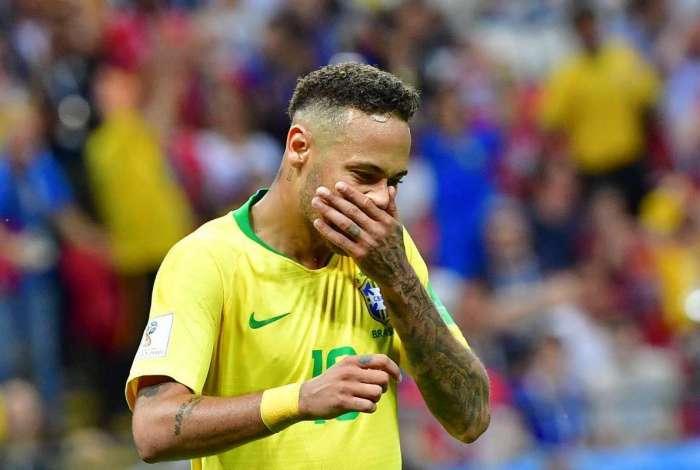 Neymar se lamenta em partida contra a Bélgica