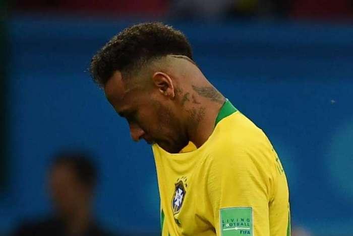 A cara da decepção: Neymar sai de cabeça baixa após o apito final