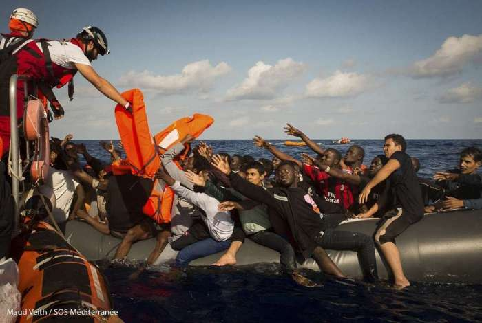 Resgate de 500 imigrantes no Mediterrâneo