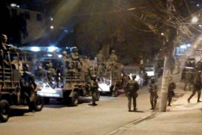 Militares vasculham a região após ataque a tiros