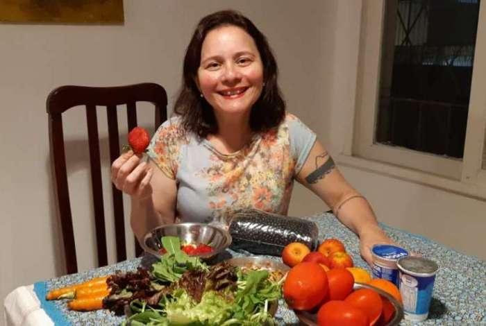 Aline mistura frutas e grãos na salada