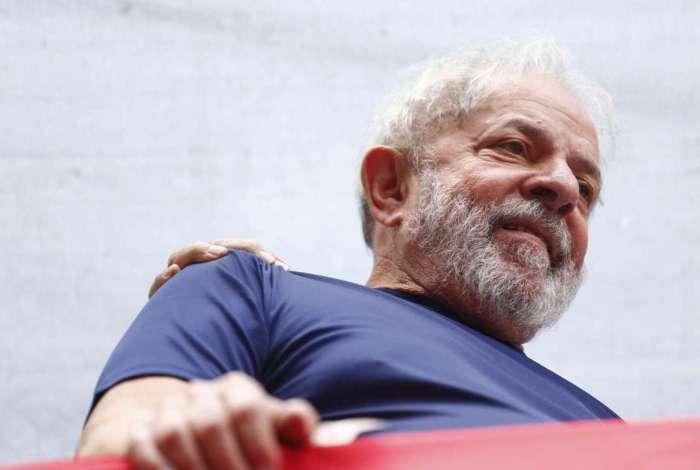 Ex-presidente Lula na missa em memória de Marisa Letícia em frente ao Sindicato dos Metalúrgicos do ABC em 07 de abril, dia que se entregou à PF